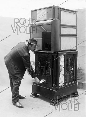 Roger-Viollet | 1088297 | Automatic photography Ashton-Nolff. Man taking off his portrait (1912). Ancestor of the Photomaton. | © Jacques Boyer / Roger-Viollet