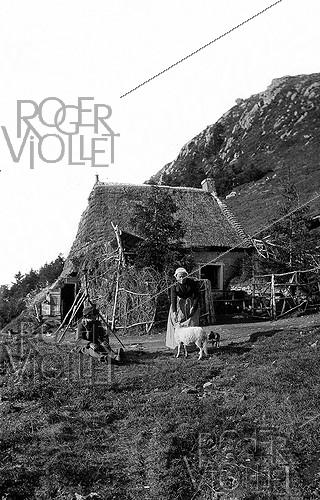 Roger-Viollet | 1081413 | Auvergne house in the massif of the Mont-Dore (Puy-de-Dôme). Detail of a stereoscopic view. | © Léon & Lévy / Roger-Viollet