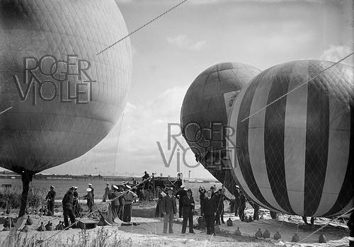 Roger-Viollet | 838223 | Balloons at the Villacoublay air show (France), 1938. | © LAPI / Roger-Viollet