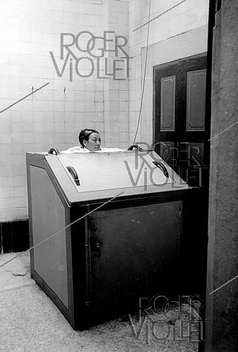 Roger-Viollet | 1054845 | Berthollet steamroom shower . Water cure establishment in Aix-les-Bains (Savoy), about 1915. | © Neurdein / Roger-Viollet