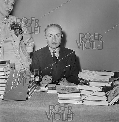 Roger-Viollet | 517189 | Book fair of veteran writers. Maurice Genevoix (1890-1980), French writer. Paris, 1961. | © Boris Lipnitzki / Roger-Viollet