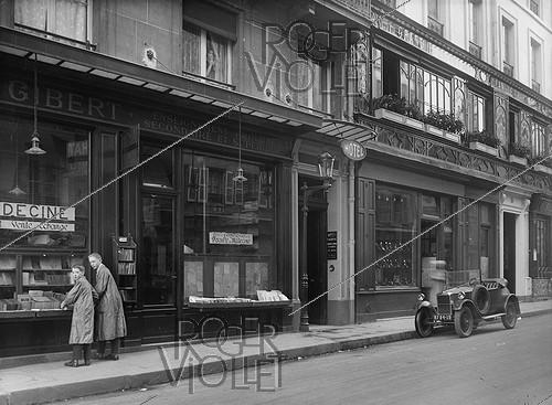 Roger-Viollet | 793129 | Bookshop Gibert and the Bouillon Chartier, Racine street (VI-th arrondissement). Paris, around 1925. | © Roger-Viollet / Roger-Viollet