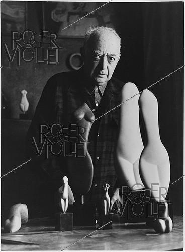 Roger-Viollet | 963730 | Brassaï (1899-1984), Hungarian-born French photographer, sculptor and writer, with some of his works. Paris, 1968. Photograph by Léon Claude Vénézia (1941-2013). | © Léon Claude Vénézia / Roger-Viollet