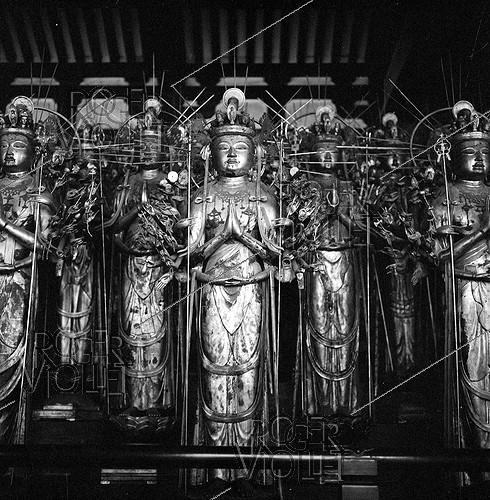 Roger-Viollet | 401701 | Buddha made of golden wood at Sanjusangen-do temple. Kyoto (Japan), March 1962. Photograph by Hélène Roger-Viollet (1901-1985) and Jean Fischer (1904-1985). | © Hélène Roger-Viollet & Jean Fischer / Roger-Viollet