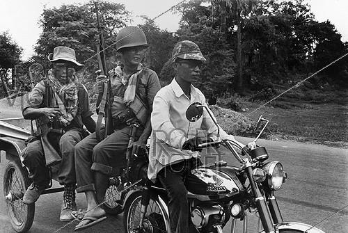 Roger-Viollet | 896041 | Cambodian version of the  Marne's Taxis : soldiers taken to the front. Cambodia, 1974. | © Françoise Demulder / Roger-Viollet