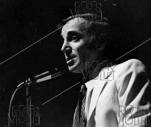 Roger-Viollet | 574110 | Charles Aznavour (1924-2018), Armenian-born French singer-songwriter and actor, during a recital, on February 16, 1971. | © Patrick Ullmann / Roger-Viollet