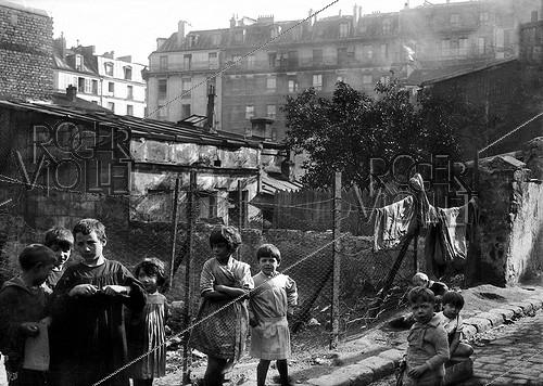 Roger-Viollet | 870502 | Children in the Belleville district. Paris, XXth arrondissement. | © LAPI / Roger-Viollet