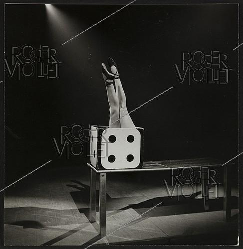 Roger-Viollet | 1372497 | Cirque. Miss Dora (madame Contal), contorsionniste. France, vers 1940. | © Gaston Paris / Roger-Viollet