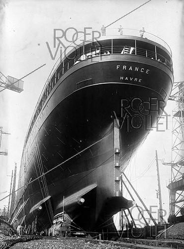 Roger-Viollet | 604157 | Construction of the first liner  France , 1912. | © Jacques Boyer / Roger-Viollet