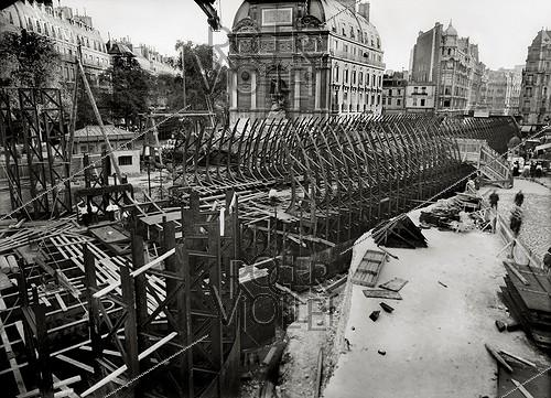 Roger-Viollet | 299647 | Construction of the Paris Metro (or Metropolitain). Works at the place Saint Michel and rue Danton. Paris (VIth arrondissement), July 1906. | © Maurice-Louis Branger / Roger-Viollet