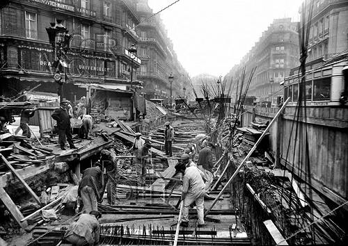 Roger-Viollet | 621868 | Construction of the Paris Metro (or Metropolitain). The avenue de l'Opéra. | © Albert Harlingue / Roger-Viollet