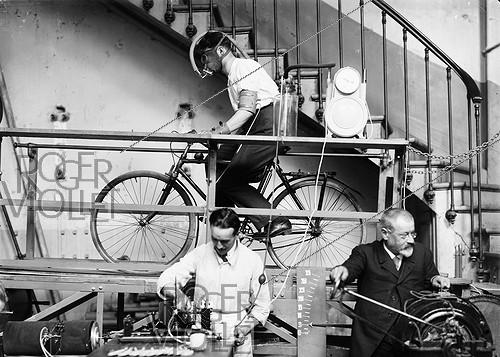 Roger-Viollet | 647949 | Conveyor belt of the professor Jean-Paul Langlois (1862-1923), French physiologist. Study of a cyclist. 1921. | © Jacques Boyer / Roger-Viollet