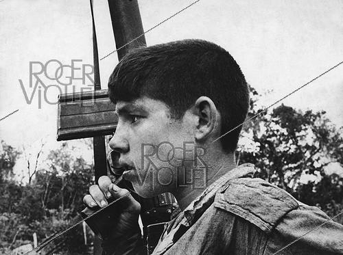 Roger-Viollet | 327900 | Cuba. Young Cuban militiman at the fight of the bay of Pigs (Playa Girón), attempt of landing encouraged by the CIA. April 17-19, 1961. | © Gilberto Ante / BFC / Roger-Viollet