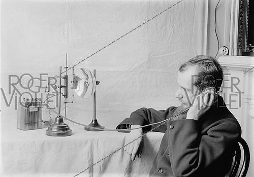 Roger-Viollet | 1039176 | Early years of radiotelephony. Receiver of a wireless radiotelephony device working with acetylene, invented by Louis Ancel, in 1910. | © Jacques Boyer / Roger-Viollet