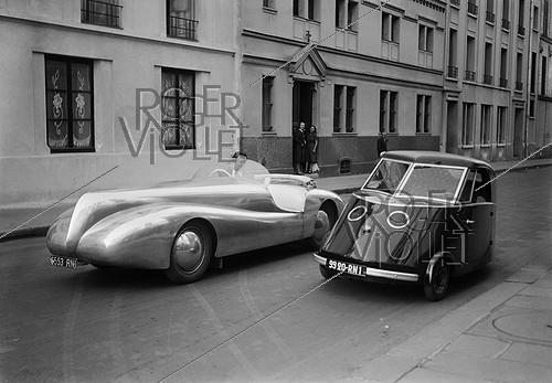 Roger-Viollet | 466618 | Electric cars. On the left : car with aluminium bodywork designed by Paul Arzens (at the steering wheel). On the right : coupé made by the Bréguet workshops. Paris, July 1942. | © LAPI / Roger-Viollet