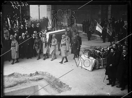 Roger-Viollet | 1044548 | Entombment of the Unknown Soldier under the Arc de Triomphe, place de l'Etoile. Paris (VIIIth arrondissement), on January 28, 1921. Photograph from the collections of the newspaper  Excelsior . | © Excelsior - L'Equipe / Roger-Viollet