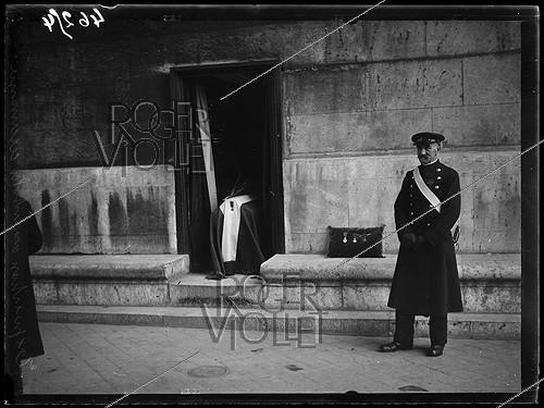 Roger-Viollet | 207538 | Entombment of the Unknown Soldier under the Arc de Triomphe, place de l'Etoile. The Legion of Honour, the Médaille militaire and the War Cross. Paris (VIIIth arrondissement), on January 28, 1921. Photograph from the collections of the newspaper  Excelsior . | © Excelsior - L'Equipe / Roger-Viollet