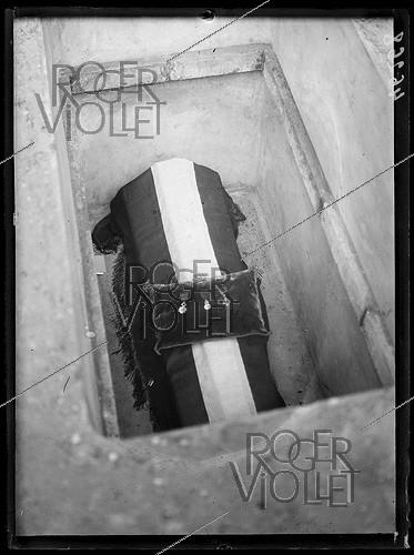Roger-Viollet | 415965 | Entombment of the Unknown Soldier under the Arc de Triomphe, place de l'Etoile. The Legion of Honour, the Médaille militaire and the War Cross. Paris (VIIIth arrondissement), on January 28, 1921. Photograph from the collections of the newspaper  Excelsior . | © Excelsior - L'Equipe / Roger-Viollet