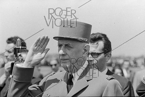Roger-Viollet | 1129160 | Events of May-June 1968. General Charles de Gaulle (1890-1970), President of the French Republic, during an official visit in Romania. Bucarest (Romania), Baneasa airfield, on May 14, 1968. Photograph by Bernard Charlet, from the collections of the French newspaper  France-Soir . Bibliothèque historique de la Ville de Paris. | © Bernard Charlet / Fonds France-Soir / BHVP / Roger-Viollet