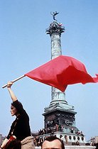 Roger-Viollet | 843138 | Events of May-June 1968. Demonstrator waving a red flag during a C.G.T. demonstration, on the place de la Bastille. Paris, May 29, 1968. Photograph by Janine Niepce (1921-2007). | © Janine Niepce / Roger-Viollet
