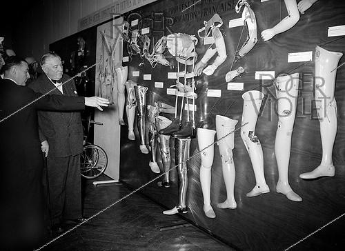 Roger-Viollet | 976273 | Exhibition of medical equipment: prosthesis. June 15, 1954. | © Roger-Viollet / Roger-Viollet
