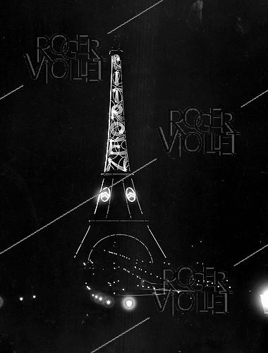 Roger-Viollet | 877891 | Exposition of decorative arts. The illuminated Eiffel Tower. Citroën advertisement. Paris, 1925. | © Jacques Boyer / Roger-Viollet