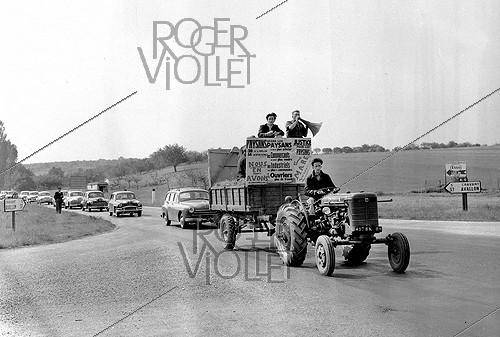 Roger-Viollet | 420388 | Farmers' block in the Yonne. May 20, 1956. | © Roger-Viollet / Roger-Viollet