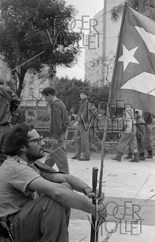 Roger-Viollet | 843375 | First demonstration supporting the Revolution, in front of the former presidential palace. Havana (Cuba), 1959-1960. | © Gilberto Ante / Roger-Viollet
