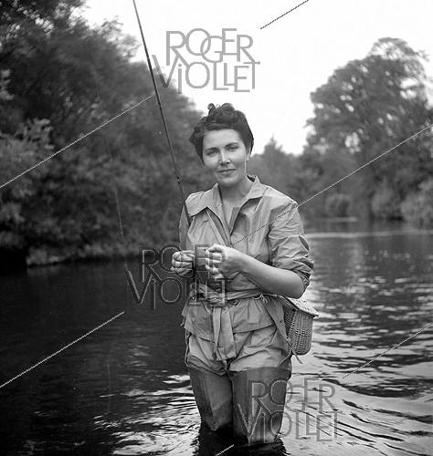 Roger-Viollet | 836894 | Fishing in Normandy. Mrs Vernes, wife of the banker. | © Tony Burnand / Roger-Viollet
