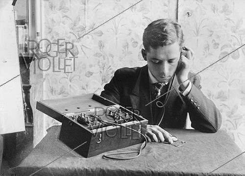 Roger-Viollet | 343104 | FRANCE - RECEPTION OF HOUR BY TELEGRAPHY | © Jacques Boyer / Roger-Viollet