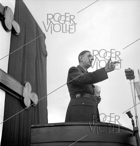 Roger-Viollet | 417274 | General Charles de Gaulle (1890-1970) making a speech in Algiers (Algeria), on October 12, 1947. | © Roger-Viollet / Roger-Viollet