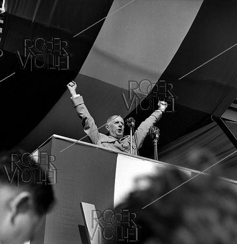 Roger-Viollet | 1006327 | General De Gaulle (1890-1970), making a speech at Saint-Denis de la Réunion (France), on July 10, 1959. | © Roger-Viollet / Roger-Viollet