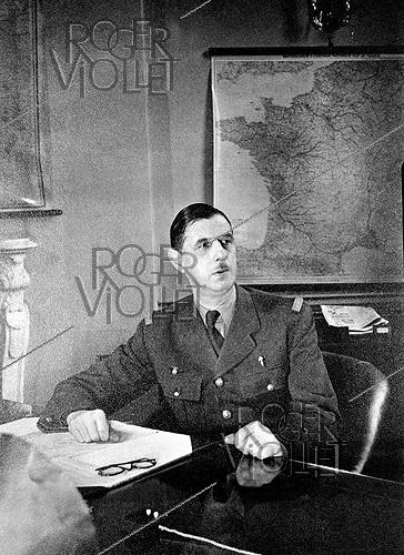 Roger-Viollet | 501409 | General De Gaulle (1890-1970), French statesman, in his office. London (England), 1942. | © Roger-Viollet / Roger-Viollet