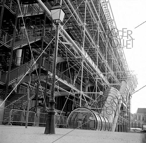 Roger-Viollet | 448475 | Georges-Pompidou national centre for arts and culture (Renzo Piano and Richard Rogers, architects). Paris, April 1977. | © Roger-Viollet / Roger-Viollet