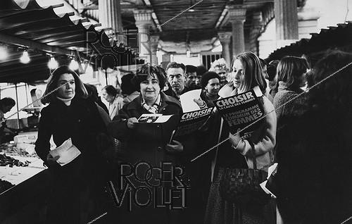 Roger-Viollet | 455964 | Gisèle Halimi (1927-2020), Tunisian-born French lawyer, feminist activist and politician, candidate for the XVth arrondissement, during the election campaign of the Women''s Common Programme of  Choisir . Commerce-Dupleix market. Paris (XVth arrondissement), February 26, 1978. Photograph by Janine Niepce (1921-2007). | © Janine Niepce / Roger-Viollet