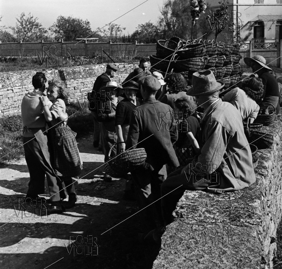 Roger-Viollet | 628143 | Grape pickers dancing in the streets. Photograph by Janine Niepce (1921-2007). | © Janine Niepce / Roger-Viollet