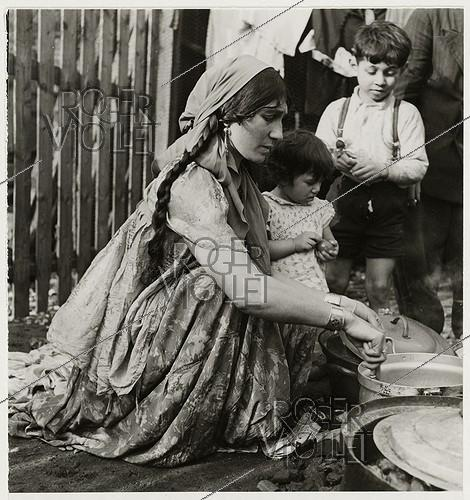 Roger-Viollet | 426488 | Gypsies. Woman with her children. Saint-Ouen (France), 1938. Photograph by Roger Schall (1904-1995). Paris, musée Carnavalet. | © Roger Schall / Musée Carnavalet / Roger-Viollet