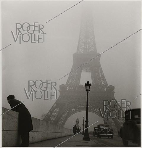 Roger-Viollet | 801861 | Iena bridge and Eiffel Tower in the mist. Paris (VIIth arrondissement), 1937. Photograph by Roger Schall (1904-1995). Paris, musée Carnavalet. | © Roger Schall / Musée Carnavalet / Roger-Viollet