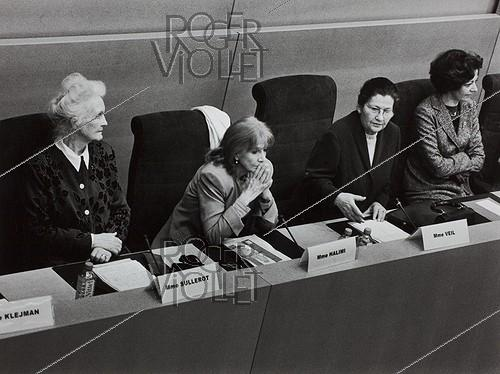 Roger-Viollet | 218724 | International Women's Day with Evelyne Sullerot (1924-2017), Gisèle Halimi (1927-2020) and Simone Veil (1927-2017), at the Senate. Paris, on March 8, 2004. Photograph by Janine Niepce (1921-2007). | © Janine Niepce / Roger-Viollet