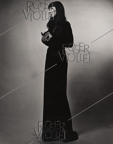 Roger-Viollet | 1379026 | Juliette Gréco (1927-2020), French actress and singer, taking the pose studio. New York (United States), 1952. Photograph by Erwin Blumenfeld (1897-1969). | © The Estate of Erwin Blumenfeld / Roger-Viollet