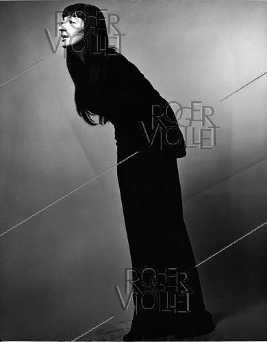 Roger-Viollet | 1379029 | Juliette Gréco (1927-2020), French actress and singer, taking the pose studio. New York (United States), 1952. Photograph by Erwin Blumenfeld (1897-1969). | © The Estate of Erwin Blumenfeld / Roger-Viollet