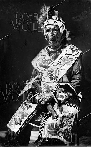 Roger-Viollet | 1089642 | Ka-Be-Nah Gway Wence, Indian chief aged of 134 years and wearing a great national costume. | © Jacques Boyer / Roger-Viollet