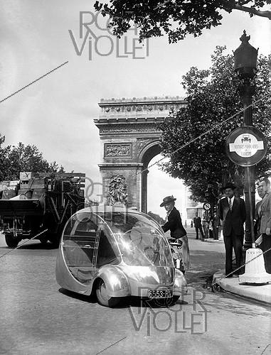 Roger-Viollet | 598827 |  L'Oeuf  (the Egg), electric car by Paul Arzens (1903-1990). Paris, June 1943. | © LAPI / Roger-Viollet