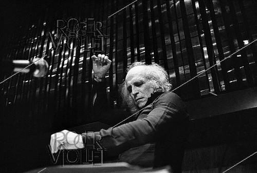 Roger-Viollet | 558583 | Léo Ferré (1916-1993), French singer, conducting an orchestra of American students. Montreux (Switzerland), February 1975. | © Patrick Ullmann / Roger-Viollet