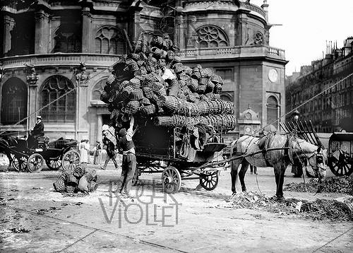 Roger-Viollet | 333509 | Loading of baskets at the Halles, in front of the Saint Eustache church. Paris, around 1900. | © Jacques Boyer / Roger-Viollet