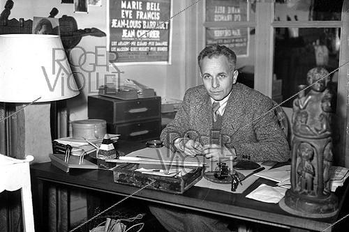 Roger-Viollet | 506401 | Louis Aragon, French writer, on March, 1945. | © LAPI / Roger-Viollet