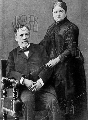 Roger-Viollet | 241075 | Louis Pasteur (1822-1895), French chemist and biologist, with his wife, 1884. | © Roger-Viollet / Roger-Viollet