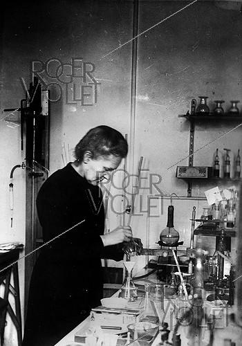 Roger-Viollet | 308503 | Marie Curie (1867-1934), French chemist and physicist, in her laboratory. | © Jacques Boyer / Roger-Viollet