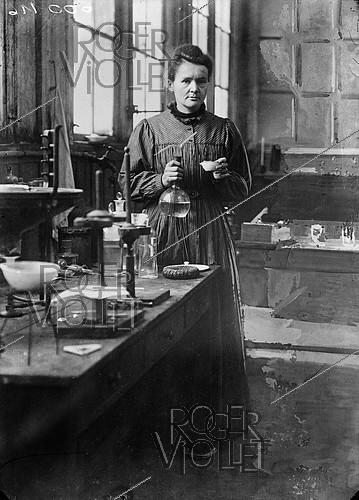 Roger-Viollet | 710255 | Marie Curie (1867-1934), French physicist, in her first laboratory installed in a shed of EPCI, rue Lhomond. Paris (Vth arrondissement), 1896-1905. | © Albert Harlingue / Roger-Viollet