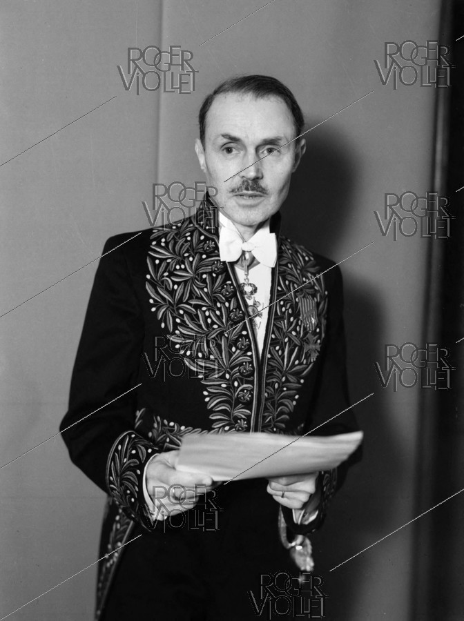 Roger-Viollet | 912524 | Maurice Genevoix (1890-1980), French writer, wearing the academician's uniform, 1948. | © Roger-Viollet / Roger-Viollet